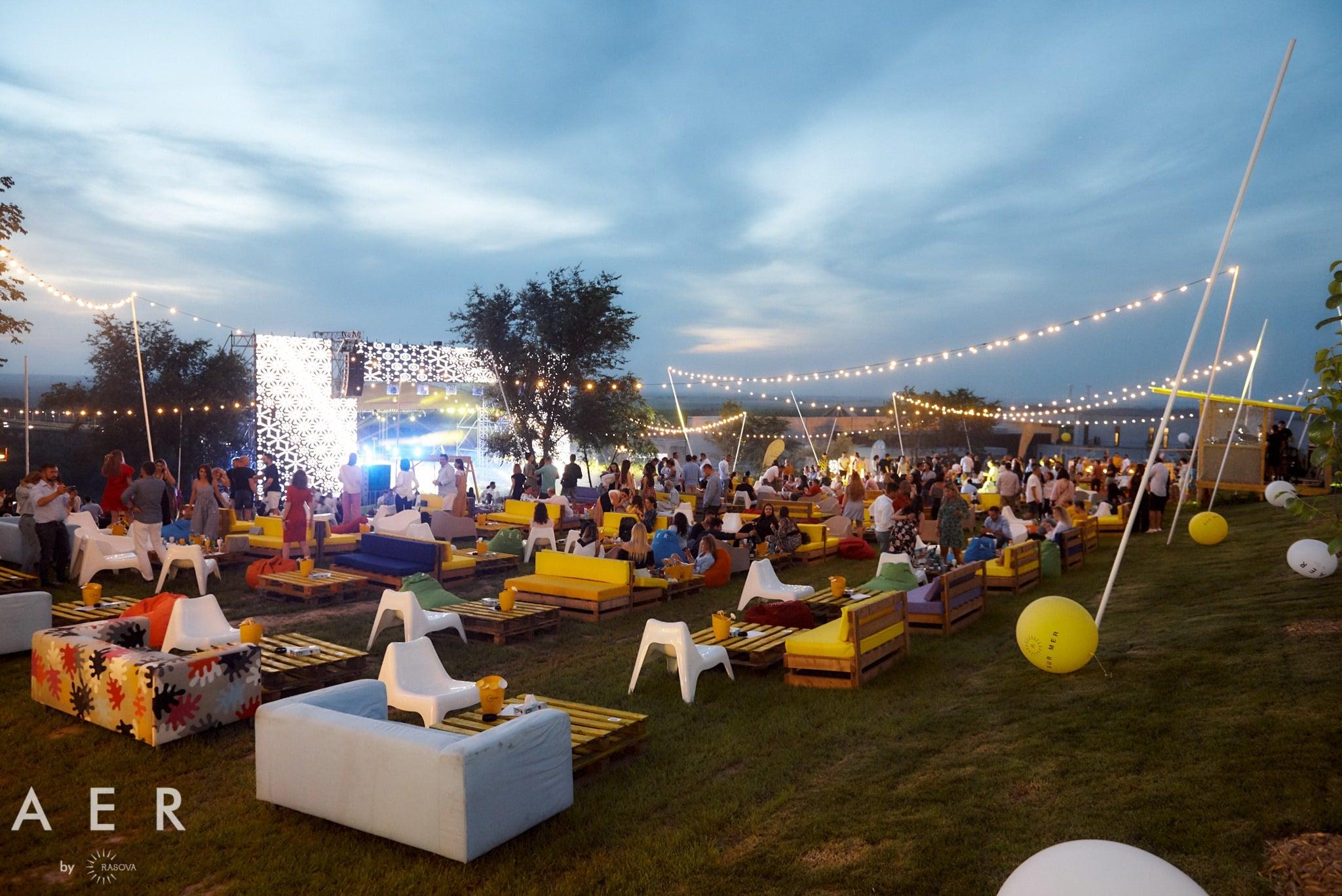 A E R de la Crama Rasova: vibe de vară, cu vinuri fresh, concerte și party-uri în iarbă
